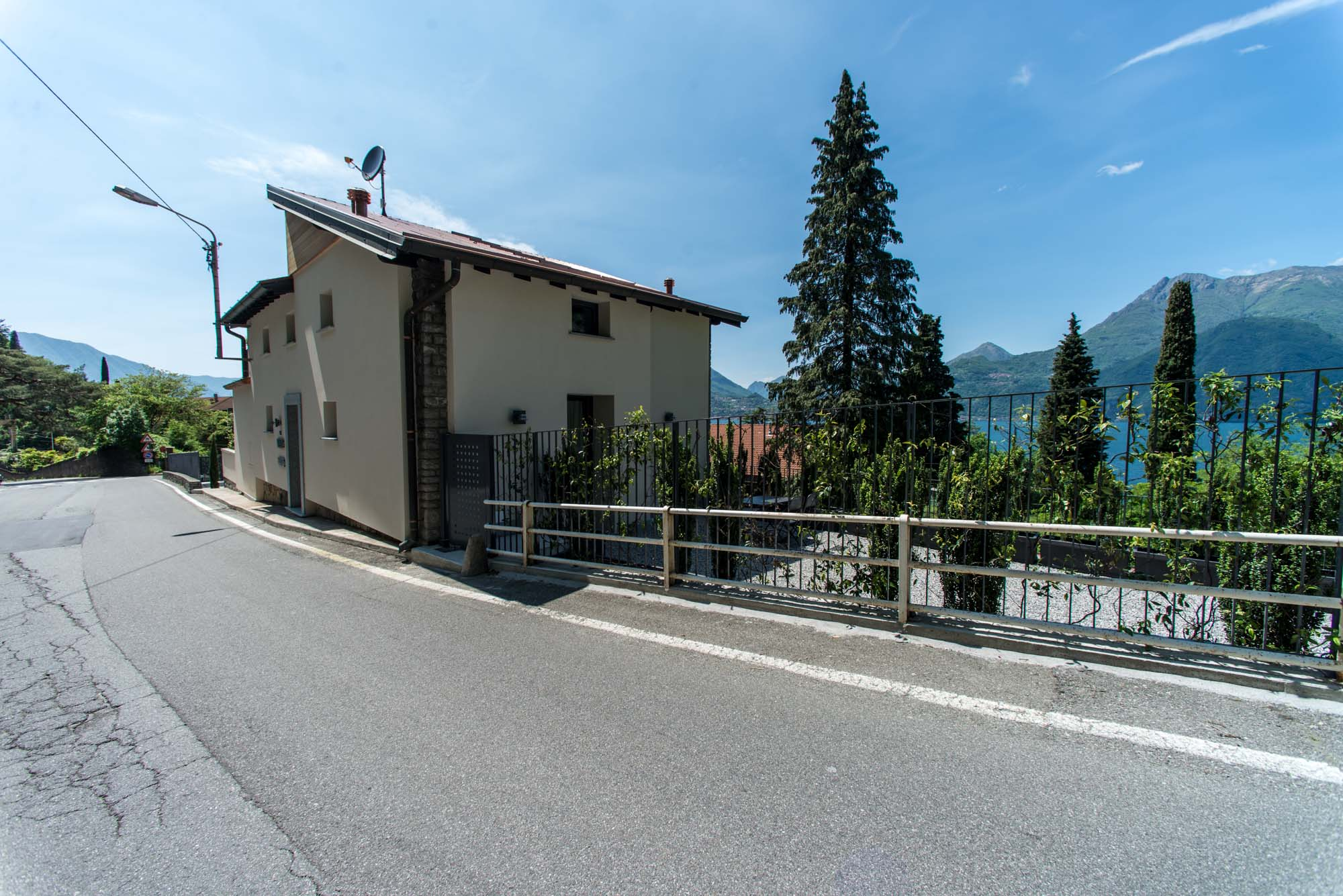 The wide terraces/gardens of its apartments offer an amazing view on the Lake of Como